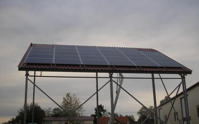 6,7 kW hálózatra visszatápláló napelemes rendszer géptárolón